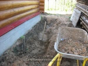 Выемка глины вокруг дома под отмостку