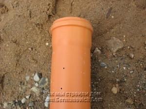 Труба с отверстиями для отвода воды из дренажной траншеи