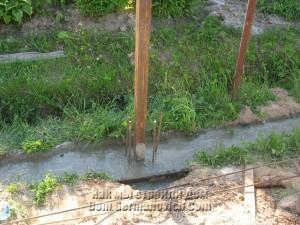 Нижний пояс фундамента залит до уровня грунта