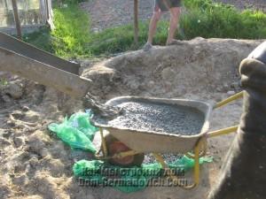 Траншею за домом пришлось заливать, подвозя бетон в тачках