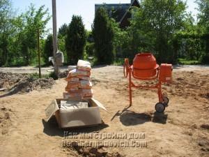 Бетономешалка и цемент для заливки верхнего пояса фундамента