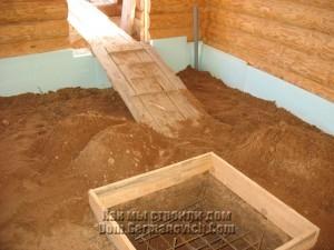 Перед заливкой пола насыпается слой песка