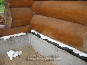 Щели между нижним венцом сруба и фундаментом закрыты монтажной пеной