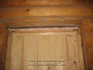Зазоры между дверной коробкой и срубом законопатили