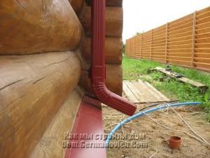 Крепление водосточной трубы деформировалось из-за усадки сруба