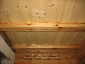 Доски потолка в прихожей закреплены