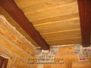 Потолок в прихожей покрашен