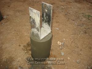 Столбик фундамента с опорой после снятия опалубки
