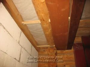 Изнаночная доска в среднем пролете потолка