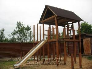 Детский городок с крышей над домиком