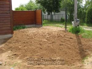 Въездную зону засыпали песком