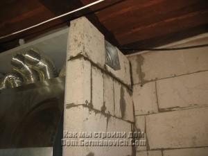 Каркасы решеток вмурованы в стену