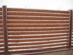 Забор украшен морозом