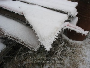 Кромка металлического листа обросла морозными иглами