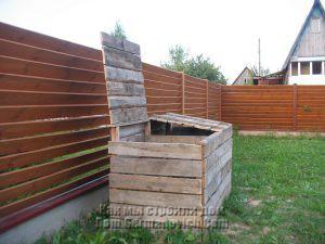 Петли закреплены так, что не дают крышке компоста упать на забор