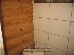 Подрезка плитки возле бревенчатой стены