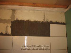 Плиточный клей наносился на стену
