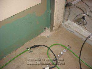 Точка входа кабеля теплого пола в нишу возле дымохода